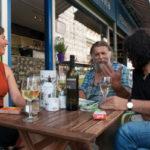 Medienleute und Künstler aus ganz Wien pilgern gerne hierher um ein gutes Glaserl Wein geniessen zu können. Auch der Nachbar ist immer wieder bei Irene zu Gast: Der berühmte Bio-Martin (m), der jeden Samstag hier gleich ums Eck sein streng biologisches Gemüse an den Mann bringt.